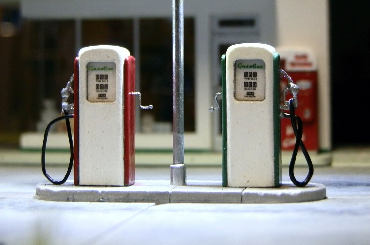 HO Scale: 1950's Gas Pumps (2 Units)